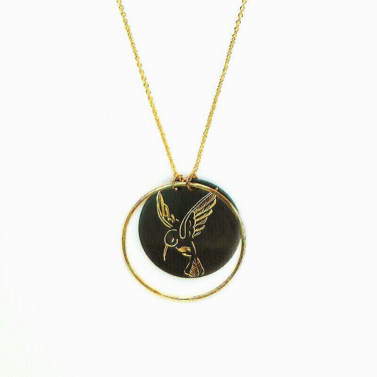 Collier 40cm chaine dorée a l'or fin et sequin ron gravé d'un colibris et entouré d'un cercle doré.