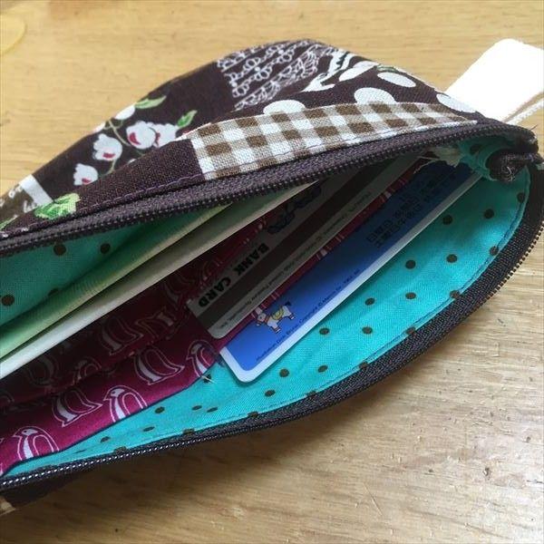 銀行や郵便局に行く機会の多い時期、通帳やカード、印鑑などひとまとまりになっていると便利ですね。 自分で手作りしたら節約にもなるので作り方を調べてみましたが・・どれもポケットが多くて収納力たっぷりですが、難しそう。 簡単なものなら出来るかも・・ と自分で最小限収納できる通帳ケースを作ってみました。 一番簡単なカード入れ付き通帳ケースとは? 出典https://www.flickr.com/photos/hm7/8268898684/ 通帳ケースといえば、見開きタイプ、じゃばらタイプ、ポケットやペンホルダーまで付いているものもありとても簡単に作れるようなものはありませんでした。 それに、持ち歩くには大きすぎると思いました。 よく使う銀行セットが収納できればいいと思い考え付いたのがこの通帳ケースでした。 作ってみたら、パーツも少なくて簡単!だったので バザーやちょっとしたプレゼントにも作ってみてくださいね! 通帳ケースの材料 表用の布(左・茶色) 24×27cm(縫い代&マチ3cm含む)1枚 内側用...