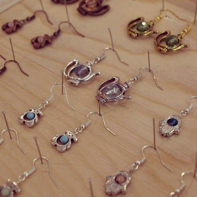 Des boucles d'oreilles colorées et originales avec nos cages à perles aux formes étonnantes! #lecomptoiraperles #bouclesdoreilles #faitmain #création #bijoux #couleurs #été #théière #mainfatma #khamsa #nounours #handmade #handmadejewelry #jewelry #earrings #creation #création #teatime #teddybear #fatmahand #tendance