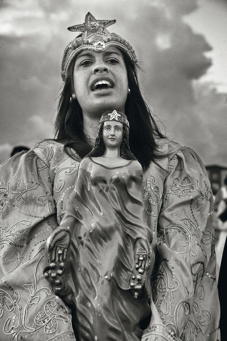 Una joven de Praia Grande, en Brasil, canta a la diosa Yemanjá. Cristina García Rodero