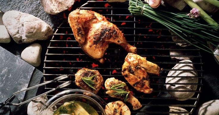 Cómo marinar un pollo a la barbacoa. Los ingredientes clave en una marinada son ácido, aceite y saborizante. Algunas recetas omiten el aceite para evitar las grasas. Los ácidos utilizados varian, pero el vinagre de vino, el vinagre con hierbas, el jugo de naranja, de granada de piña de lima o de limón son los más utilizados. Los saborizantes dependen de ti; pueden ser desde una ...