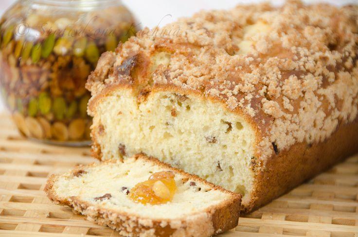 """Ciasto drożdżowe – sypane – Ciasto drożdżowe – sypane, to wersja """"bezobsługowa"""" idealne dla zapracowanych. Można przygotować je przed pójściem do pracy, wystarczy składniki na ciasto wsypać do miski według kolejności, pozostawić w ciepłym miejscu na kilka godzin, a po powrocie upiec, bez oczekiwania na kolejne wyrastanie. Drożdżówkę można przygotować z sezonowymi owocami i kruszonką lub jak ja dziś z rodzynkami namoczonymi w rumie i cynamonową kruszonką..."""