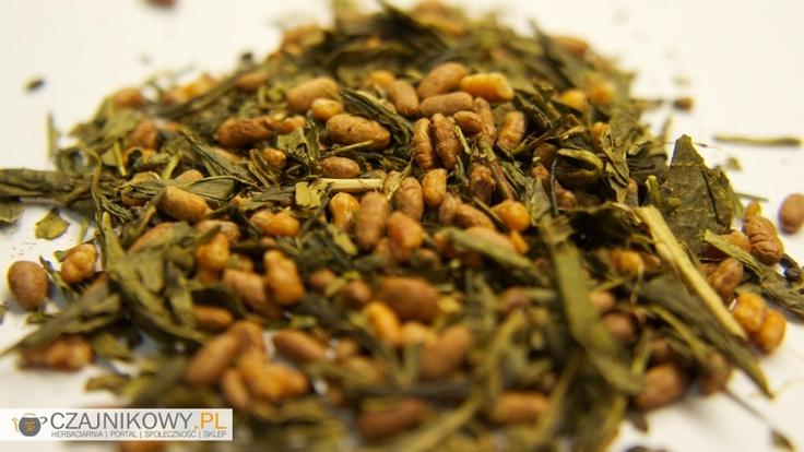 Herbata Zielona Genmaicha Tradycyjna japońska herbata produkowana obecnie również w Chinach. Jest to herbata przygotowana na bazie Senchy, czasem Banchy z dodatkiem prażonego ryżu lub prosa w zależności od typu Genmaichy. Popularna jest także Genmaicha iri Matcha, czyli Genmaicha zmieszana ze sproszkowaną herbatą matcha, dzięki czemu zwiększa się zawartość kofeiny w naparze...