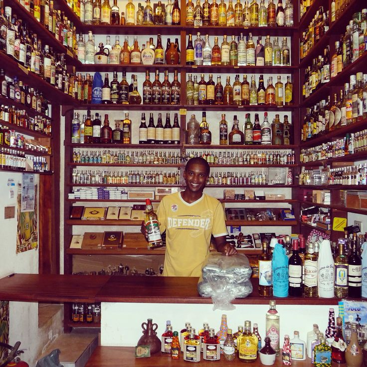 Rio de Janeiro - Spécialité brésilienne - Ingrédient de base du cocktail caïpirinha, la Cachaça est une eau-de-vie de canne, distillée à base de jus fraichement pressée, s'approche du rhum agricole. #cachaça #riodejanero #brazil #shop #travel #travelgram #travelingram #alcohol #cocktails #myyeti