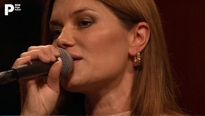 """Se Pernille Rosendahl fremføre """"Du er min øjesten"""" under """"Din danske sang""""-koncert."""