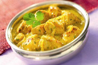 Faire revenir des oignons ds de l'huile d'olive, av du curry, du cumin, du curcuma et autres épices de votre choix , ajouter les légumes de votre choix (courgettes, aubergines, poivrons, tomates, carottes, pois gourmands) Faire cuire du riz thai ou basmati. Lorsque vos légumes sont presque cuits, ajouter les morceaux découpés en dés de blancs de poulet. En fin de cuisson, déglacer avec le lait de coco et ajouter du piment de cayenne. Servir le riz et arroser du poulet aux légumes.