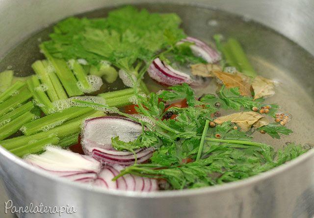 Se você quer dar um tempo dos caldos industrializados e fazer o seu próprio caldo de legumes é só levar ao fogo uma panela grande com três litros de água e os seguintes ingredientes picados grossei…