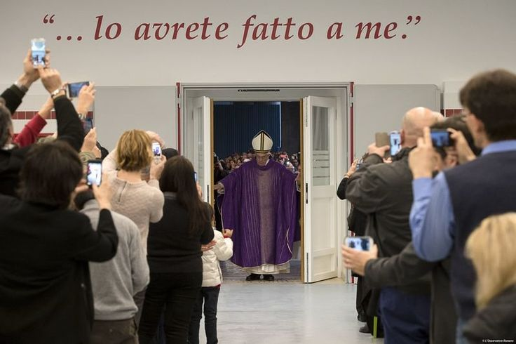 """Pape François - Pope Francis - Papa Francesco - Papa Francisco- Le pape François a ouvert une quatrième Porte sainte, la """"Porte sainte de la charité"""", au cœur de Rome, ce vendredi 18 décembre, au centre d'hébergement des sans-abri de la Caritas romaine, à deux pas de la gare de Termini : les locaux ont été cédés naguère par les Chemins de fer italiens. Une Première: jamais il n'y a eu jusqu'ici de Porte sainte en dehors de celles des cathédrales et des sanctuaires."""