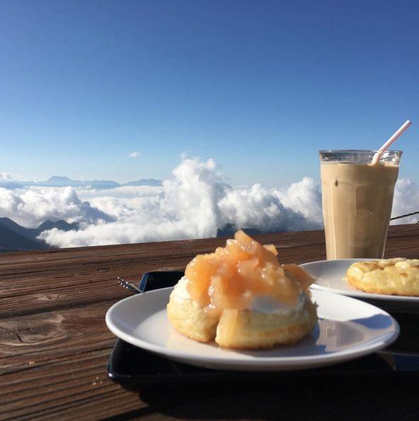 志賀高原、標高2307メートルの横手山山頂にある「クランペットカフェ」はご存知でしょうか。話題のイギリス発祥「クランペット」を雲の上で食べれる素敵なカフェなんです。お店の魅力やクランペットをご紹介します。