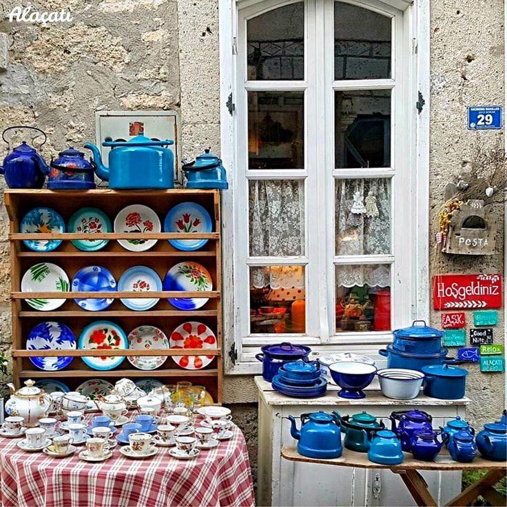 在阿拉恰特風情小鎮上陳列著色彩繽紛的復古餐具和茶壺。