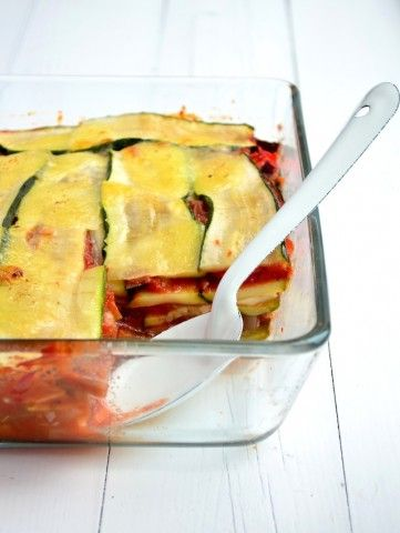 Een lekkkere en gezonde courgette lasagne zonder pastabladen, glutenvrij en koolhydraatarm.