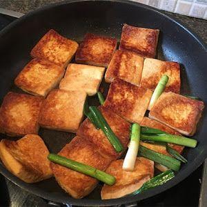 Con esta receta aprenderás a hacer el mejor tofu frito paso a paso, para acompañar tus preparaciones con la mejor proteína vegetal.