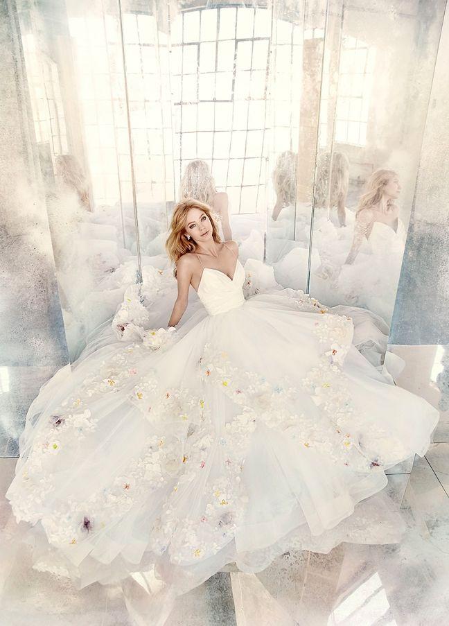(Foto 9 de 8) Bordados de flores y rosa cuarzo para un look de novia diferente y romántico | HISPABODAS Vestido de novia con aplicaciones de flores de colores en 3D. Hayley Paige
