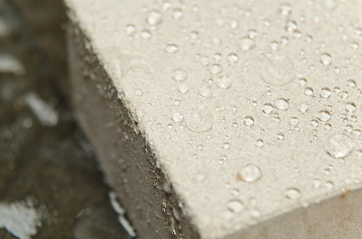 Бетон - это уникальный строительный материал, который нуждается в добавках для водонепроницаемости. Мы расскажем зачем, какие виды выбрать, как сделать самому