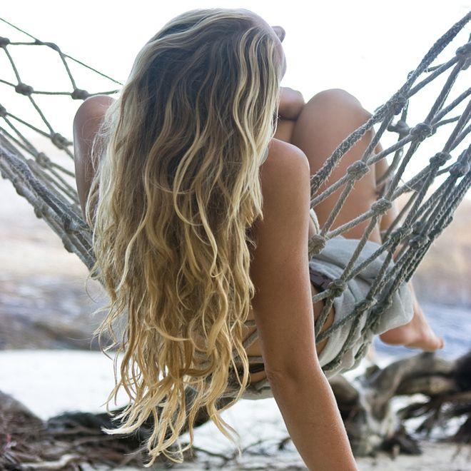 Απλοί τρόποι για να αποκτήσουν τα μαλλιά σου φυσικές ξανθές ανταύγειες με λεμόνι, χαμομήλι, μέλι, κανέλα και άλλα φυσικά υλικά.