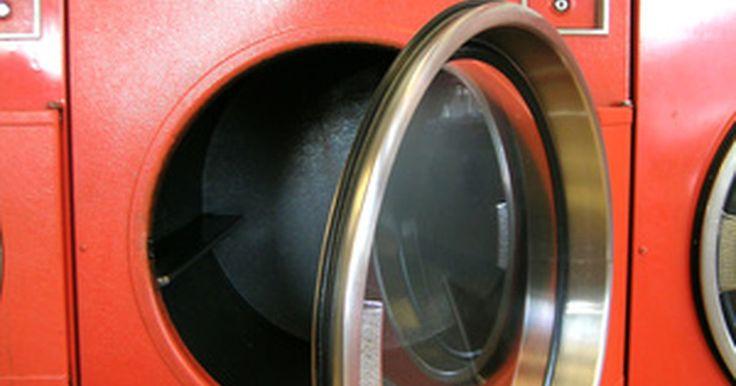 Como trocar o trinco da porta da secadora ou máquina de lavar. Se a porta da secadora ou máquina de lavar continua abrindo e não fecha de jeito nenhum, provavelmente o trinco está desgastado. A fechadura da porta consiste em uma lingueta e um trinco mais grosso. A lingueta normalmente é a parte que fica quebrada na peça. Um kit universal para trincos de portas desses aparelhos pode ser comprado em lojas ...