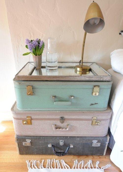 L'idée déco du samedi : Une table de chevet avec des valises vintage