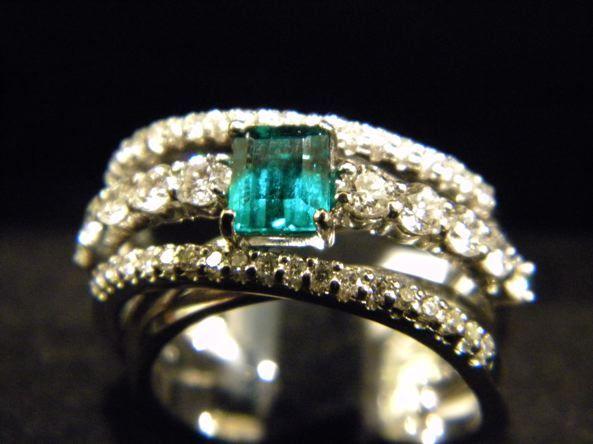 Anello in Oro Bianco e Diamanti e Smeraldo