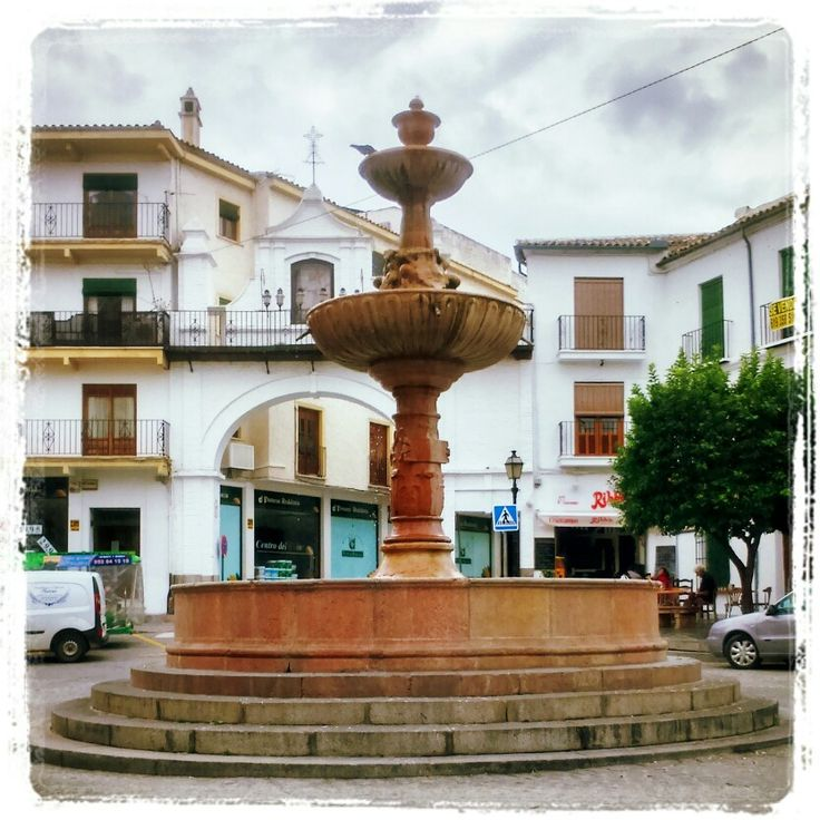 Fuente de San Sebastián, al fondo el Arco del Nazareno, y estos situados en la centrica Pza. de San Sebastian en Antequera (Málaga)