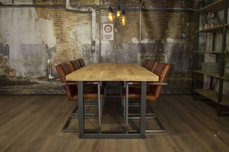 Industriele tafel voorzien van standaard U tafelpoten en eiken tafelblad