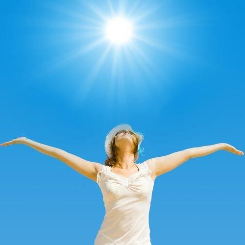 Полезные свойства ультрафиолетового излучения  http://www.saga.ru/blog/poleznye-svoystva-ultrafioletovogo-izlucheniya   Ни для кого не секрет, что источником красивого загара являются ультрафиолетовые лучи, которые дарит нам солнце. Но мало кто знает, что ультрафиолет просто необходим для жизни и здоровья всего живого на планете, поскольку участвует во многих важных процессах происходящих в природе и организме человека.