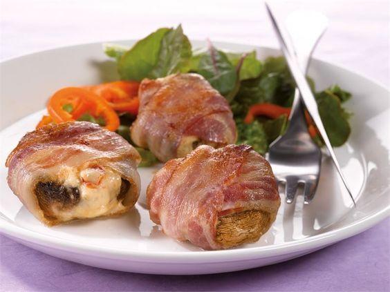 Grillissä kypsennetyt, sulatejuustolla täytetyt ja pekoniin kääräistyt herkkusienet ovat kesän grilliherkku.
