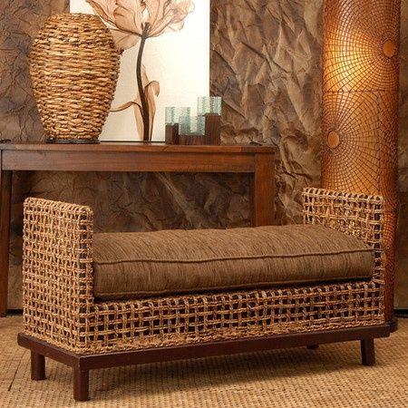 Una hermosa butaca y detraz una mesa, muy lindo, mezcla de ratan y madera...