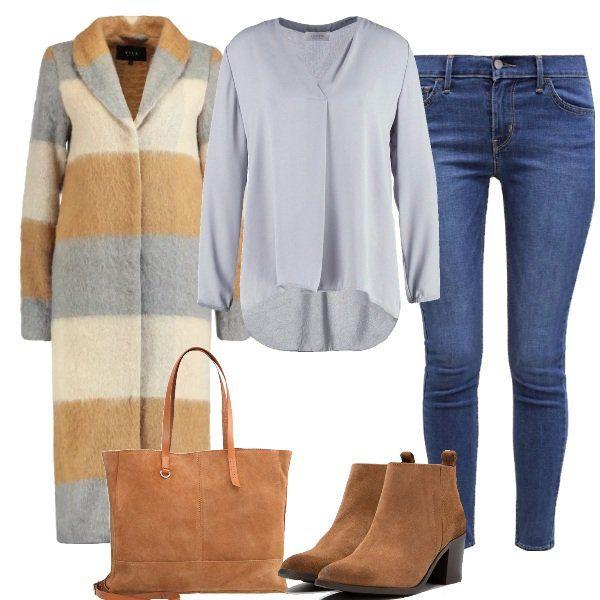 Look+per+l'ufficio+composto+da+cappotto+misto+lana+a+righe+con+collo+a+scialle+da+abbinare+ad+un+jeans+skinny+fit+e+camicia+grigia.+Scarpe+scamosciate+e+borsa+color+cognac.