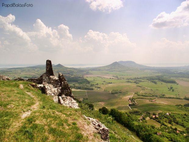 Szeretlek Magyarország - Balaton-felvidék, Tapolcai-medence, #Balaton #Hungary -  Balatonnal a háttérben tökéletes ez a táj. A Badacsony, a Szent György-hegy, a Csobánc, a Gulács, a Tóti-hegy, a Haláp, valamint a Balatontól messzebbre eső Somló-hegy, a Kis-Somló és a Ság-hegy alkotják a tanúhegyeket.