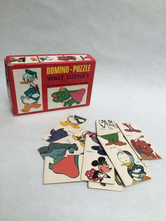 Retrouvons tous nos personnages préférés en samusant : Blanche Neige, Dumbo, Les aristochats, bambi, Donald, Naf Naf, Dingo, Pinocchio... ◊◊◊ DÉTAILS ◊◊◊ La boite en carton est très abimée (surtout le socle) et un nom y inscrit au feutre vert sur le dessous. Les cartes (tuiles) sont en bon état. ◊◊◊ LE PLUS ◊◊◊ Le jeu est complet ! ◊◊◊ MESURES ◊◊◊ La boite mesure 3,5cm x 15,5 x 10 cm (1,4 x 6 x 3,94)  ◊◊◊ ENVOI ◊◊◊ Je réduis les frais denvoi en cas de multiples achats. Contactez-moi pour…