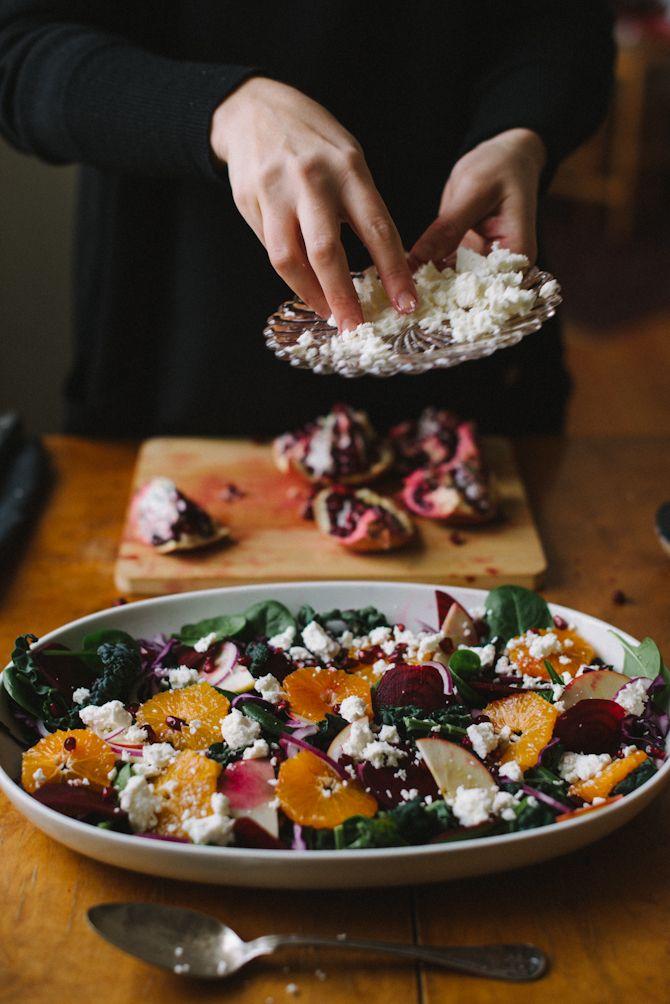 Salade d'hiver : Mâche, chou rouge, oignon rouge, pomme, orange, betterave, grenade, fromage frais et graines de courges.