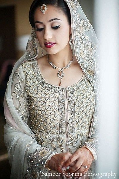 This beautiful Indian bride gets all dolled up for her fabulous wedding.