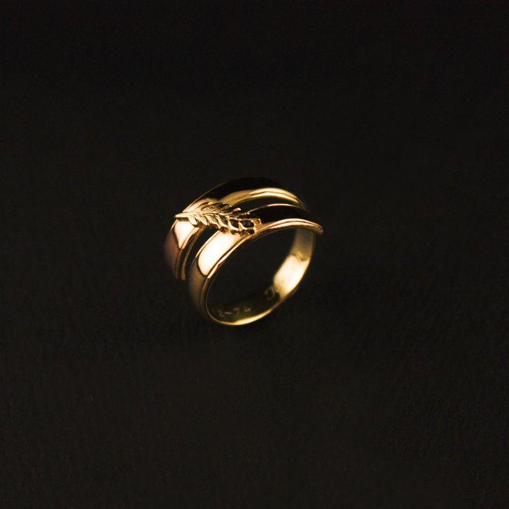 Gouden herinneringsring met Korenaar, vervaardigd van 2 trouwringen #goudsmidmetpassie #herinneringen #herdenkingssieraden Kijk hier voor meer voorbeelden! https://www.goudsmidmargriet.com/portfolio/