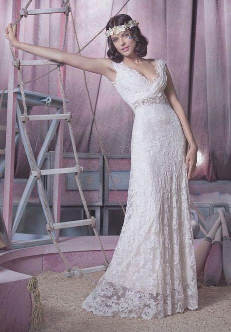 Hochzeitskleid aus Spitze von Olvis in der weddix Brautkleider-Galerie - langes Vintage-Kleid mit aufwendiger Strassbordüre und feinen Raffungen an der Brust