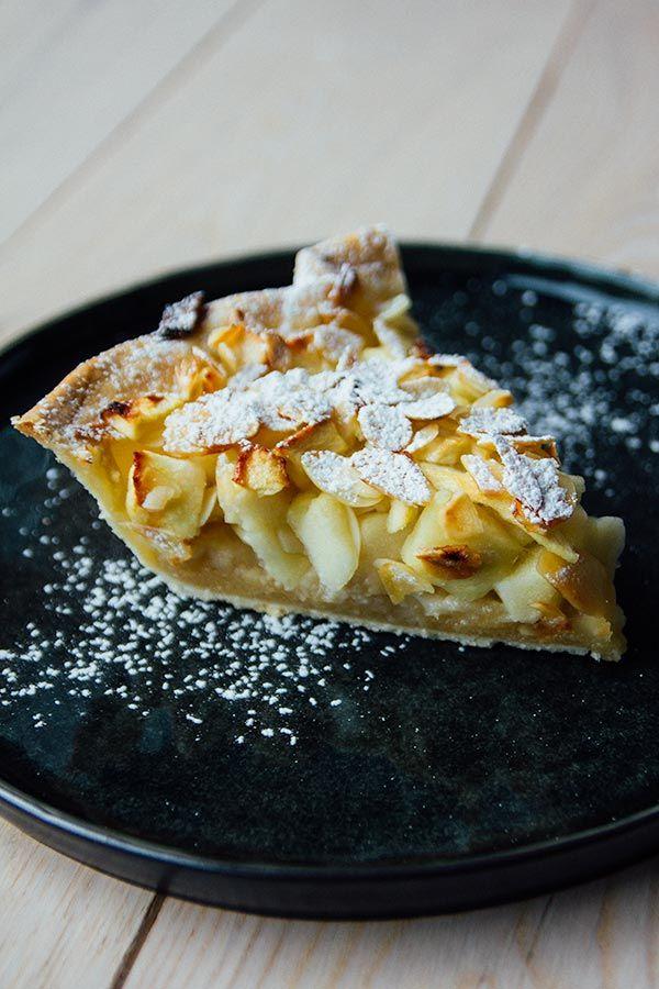 Appeltaart kruimeldeeg: abrikozenconfituur op de bodem + kaneel en boterstukjes on top
