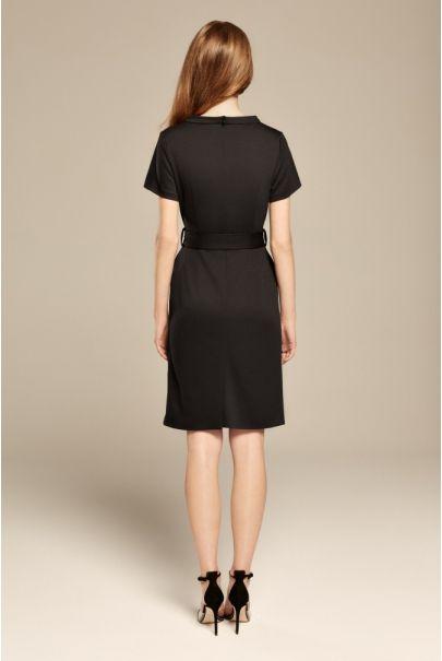 Czarna sukienka ze stójką i paskiem