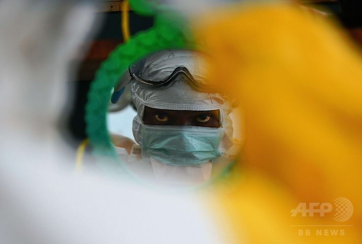 アフリカ・シエラレオネ東部カイラフン(Kailahun)にある国際医療支援団体「国境なき医師団(Doctors Without Borders、MSF)」のエボラ出血熱患者の治療施設で、防護服をチェックする医療スタッフ(2014年8月15日撮影)。(c)AFP/Carl de Souza ▼19Aug2014AFP|エボラ対策最前線、カギは完治患者 正しい情報の伝達役に期待 http://www.afpbb.com/articles/-/3023360 #Kailahun ▼19Aug2014AFP|エボラ熱、3日間で84人死亡 死者1229人に http://www.afpbb.com/articles/-/3023520