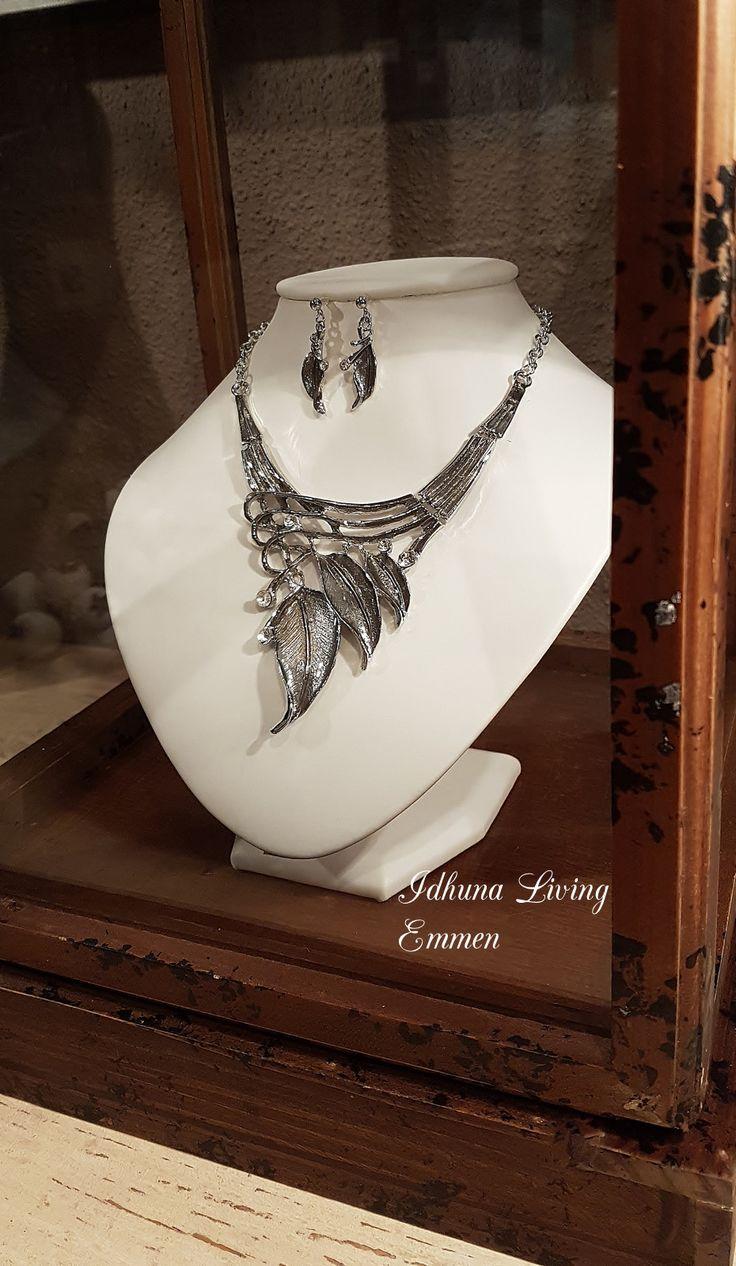 Deze dames halsketting kort vintage zilverkleurig vindt u op onze website: https://www.idhunaliving.nl/category/dames-sieraden-en-sjaals-exclusief-en-betaalbaar/