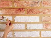 Passo 4: Passe o selador sobre os tijolos e, depois, pinte com uma mistura de tintas nas cores laranja, vinho, azul queimado e um pouco de preto.