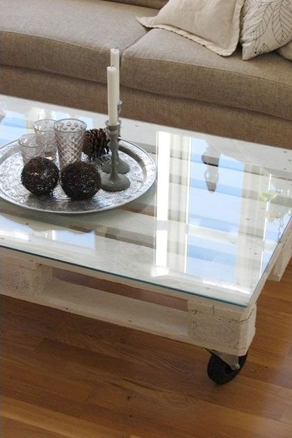 DIY Wooden Pallet Coffee Table With A Glass Top | Shelterness Palet palettes DIY Recycled Reciclar palette palet pallet