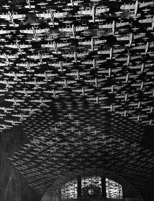 Jack Delano, Model airplanes decorate the ceiling of the train concourses at Union Station, Chicago, 1943
