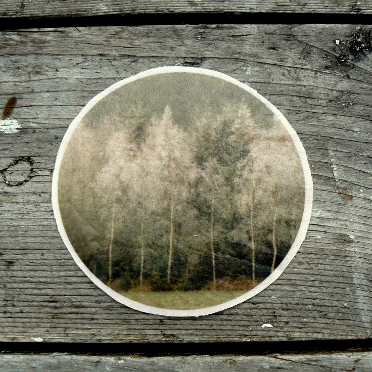 Nažehlovačka - Začarovaný les 1 ks Fotografie kouzelného ojíněného lesa z Vysočiny je převedena na nažehlovací folii, která se přežehlení žehličkou přenese na textil. Doporučuji bavlněné světlé látky bez vzorku. Obrázek je graficky upravená fotografie, které jsem autorkou. Průměr 10,5 cm Nažehlovačka je určena pro vlastní kreativní činnost, ne pro komerční ...