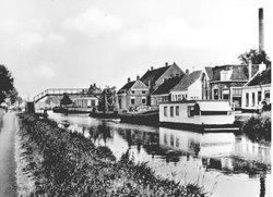 Hoogezand, 1959.  Winschoterdiep met het Kalkwijksterhooghout. Links de Hoofdstraat en rechts de Zuiderstraat, later Hoofdstraat nr. 108/110 en hoger. V.l.n.r.: schoenmaker Ronde, groenteboer Ottens, twee woonhuizen en vervolgens het hogepand van Medema snoepgrossierderij