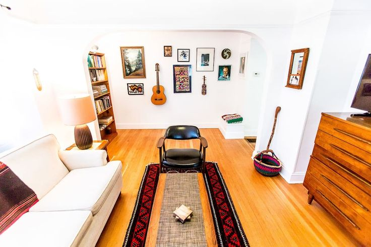 Apartment in Portland, United States. This beautiful flat sits just two blocks off Portland's famous Hawthorne Boulevard, only 4 blocks from Belmont and a 15 minute skip to Division, directly in the heart of Portland. Ditch the car, bring a comfy pair of walking shoes, a walk score 95...