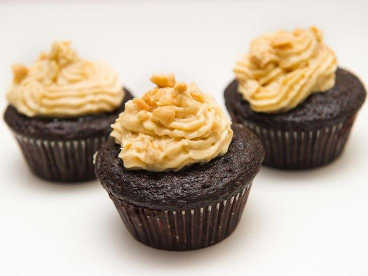 Sjokolade, peanøtter og sirup - ønsker du deg noe mer av en cupcake? Disse er forresten helt uten egg og meieriprodukter, og smaker fantastisk. Kilde: Mari Hult for Dinmat. Foto: Nufsaid