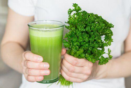Jugo natural para combatir el MAL OLOR bucal y corporal. NEUTRALIZALO c estos  Ingredientes: 1 manzana verde 2 hojas de menta 1 ramillete de perejil El jugo de 2 limones 1 cucharadita de bicarbonato de sodio (5 g) 1 taza de agua (250 ml)