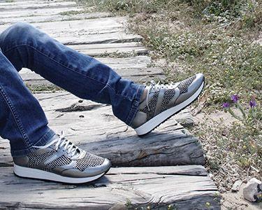 Con corte perforado para que el aire ventile todo el pie y elástico, ideales para llevar plantillas. Una deportiva muy estable , ligera y cómoda para no parar de caminar