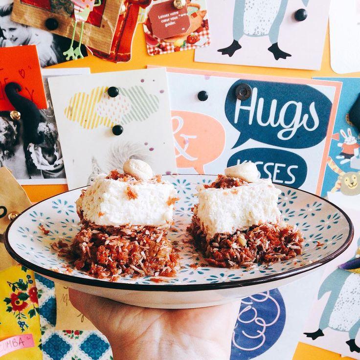 RAW CARROT CAKE 🍰  Gâteau : 1/2 tasse de noix de coco râpée, 1/4 tasse de sucre de canne, 1 c. à c. de cannelle moulue, 1 c. à c. de gingembre moulu, 3 graines de cardamome moulues, 1 c. à c. d'extrait de vanille, 1 c. à c. d'huile de noix de coco fondue, 1 + 1/2 tasse de pulpe de carottes (ou carottes râpées), 1/2 tasse de noix, 1/2 tasse de noix en poudre,  Glaçage : 1/2 tasse de noix de cajou, le test d'1/2 citron bio et son jus, 2 c. à s. de sirop d'agave, 1/4 tasse crème de coco, 1 c…