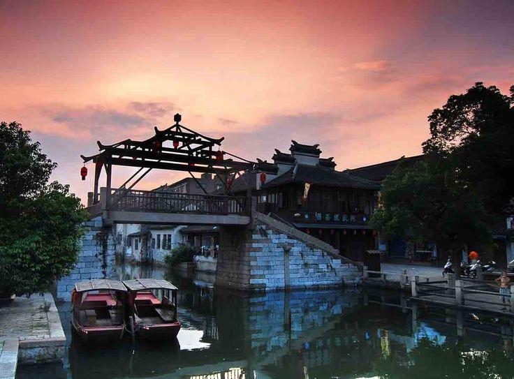 """Jour 04  Arrivée à Suzhou, cité renommée pour ses jardins privés et son travail de la soie. Vous visiterez le jardin du Maître des Filets, un des fleurons de l'aménagement des jardins d'agrément dans la plus pure tradition régionale. Suzhou est l'une des capitales de la soie en Chine. Vous visiterez une fabrique de soie, puis vous vous baladerez dans le vieux quartier de Pingjiang. En soirée, embarquement à bord du train de nuit vers Xi'an en couchettes """"molles"""" confortables."""