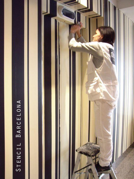 Pintando hall de hotel con rayas verticales en blanco y - Paredes pintadas con rayas ...
